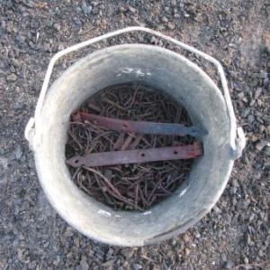 Brända och rostiga metallföremål