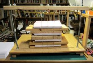 Fyra av böckerna häftade i häftlådan.